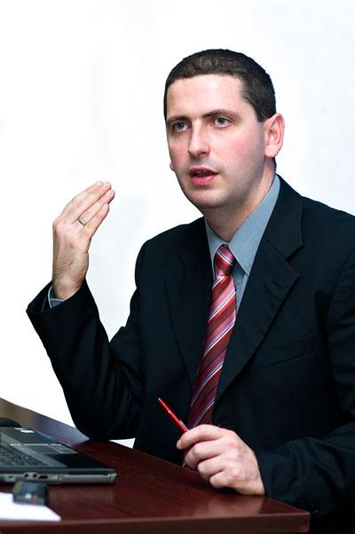 Paweł Krzyworączka tłumaczy na szkoleniu
