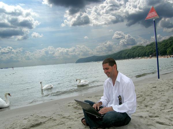 Praca iprzyjemność wjednym, czyli plaża ilaptop